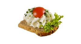 Canapés mit Kräuterfrischkäse mit Schnittlauch (vegetarisch)
