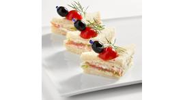 Mini-Tramezzino II: mit Lachs und Sahnemeerrettich / Thunfisch und Mayonnaise