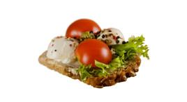Canapés mit Tomaten, Mozzarella & Pesto (vegetarisch)